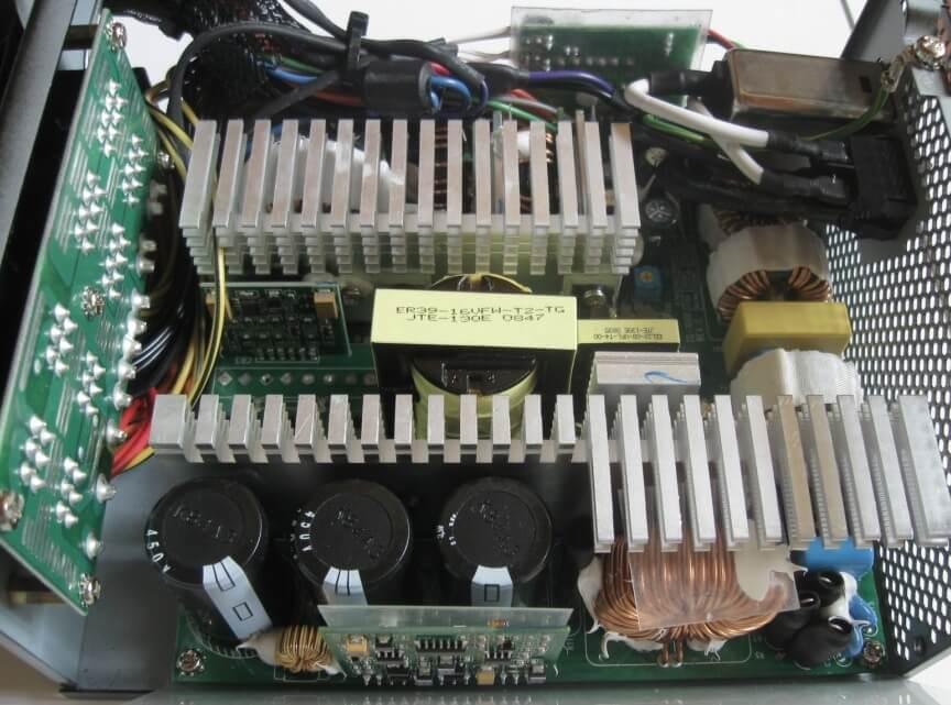 Das Innenleben eines PC-Netzteils in Nahaufnahme