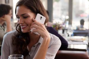 Handy: Mit dem Handy telefonierende Dame