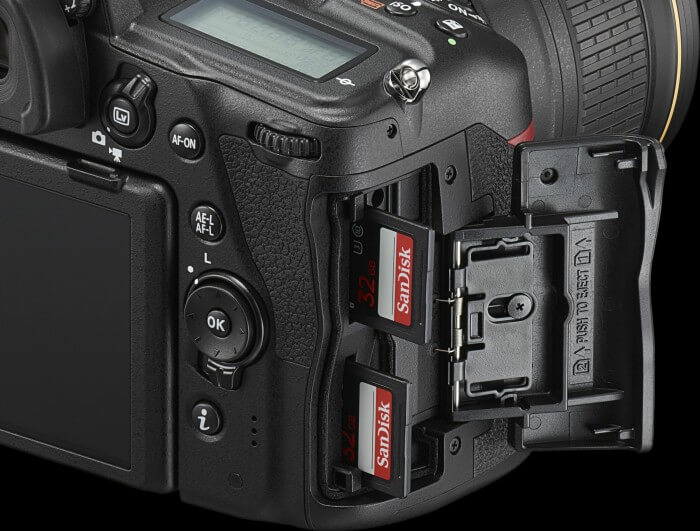 Kamera: Seitenansicht mit geöffnetem Card-Reader-Slot