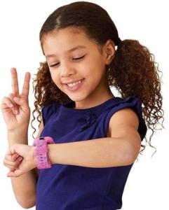 Ein Mädchen mit Smartwatch am Handgelenk