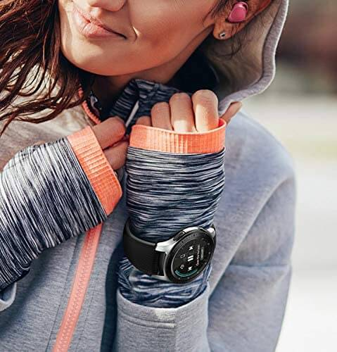 Eine Dame trägt eine Samsung Galaxy Watch