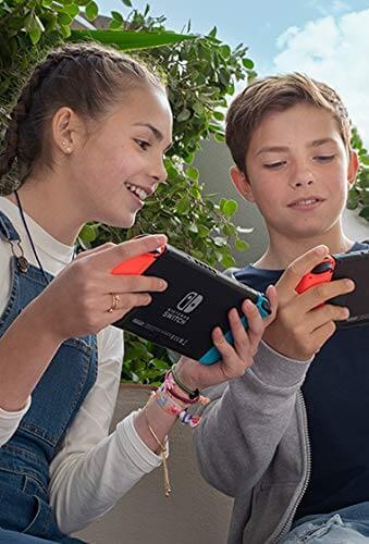 Computerspiele Kinder: Zwei Kinder, welche mit der Nintendo Switch spielen